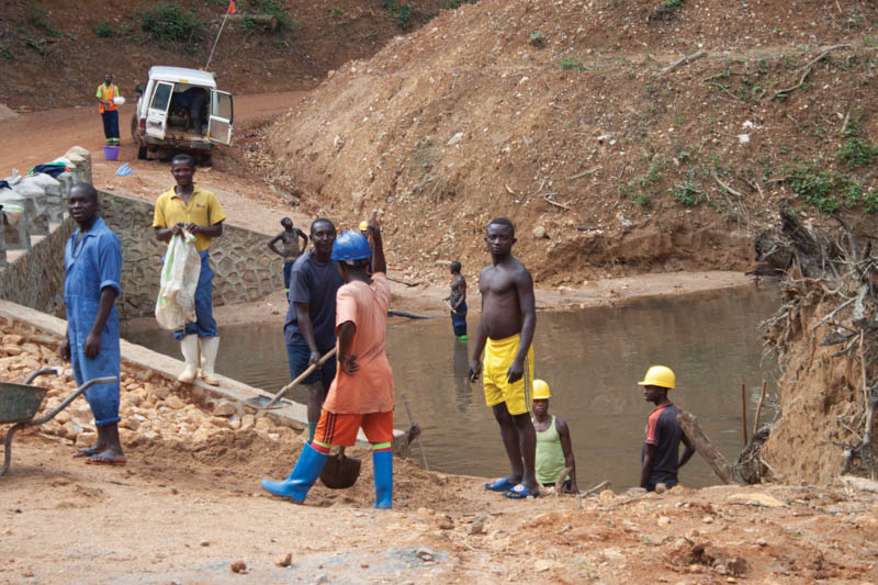Local communities working on a bridge on the way to the Bisie mine close to Walikale in North Kivu Province of the DRC. Image credit: Leon Louw